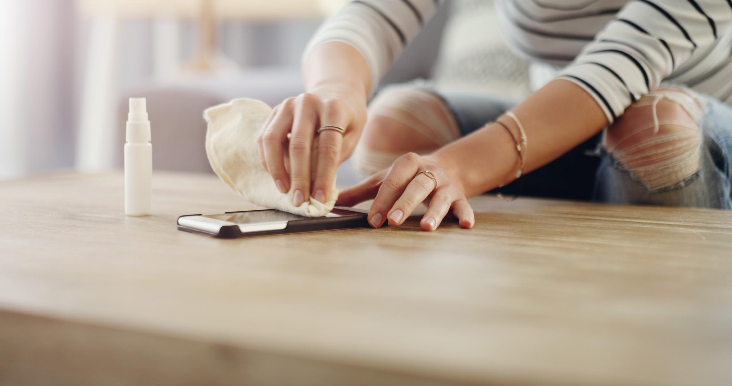 Aprenda como higienizar o celular corretamente em 6 passos fáceis